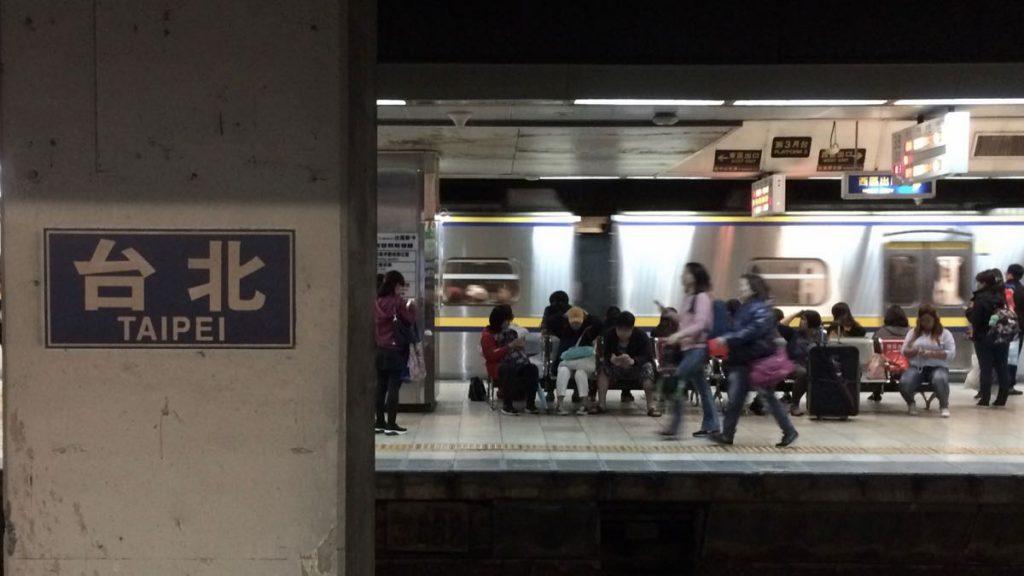 con fretta a prendere il treno