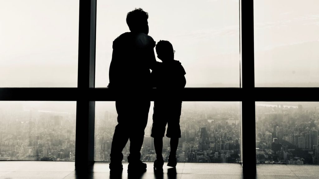 Mamma e Bimbo che guardano la città