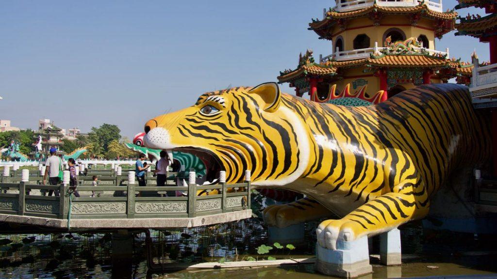 Tigre di plastica gialla