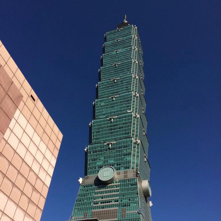 Taipei 101 verde su sfondo blu